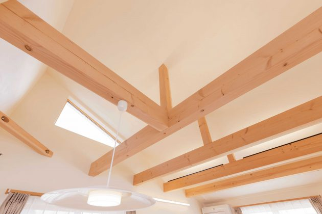 リビングは勾配天井の吹き抜けになっており、三角デザインの窓がおしゃれです。