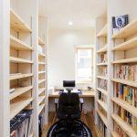 道場横に設けられた3帖の書斎です。 作りつけの机と本棚がスッキリとした空間を演出してくれます。