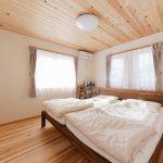 7.7帖の寝室は床も天井も愛工房でこの空間に入ると空気感が違う事に気付く人が多いそうです。