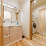 1階洗面所と浴室です。 脱衣室には室内干しが出来る物干しポールで冬場は外よりも早く乾くそうです。