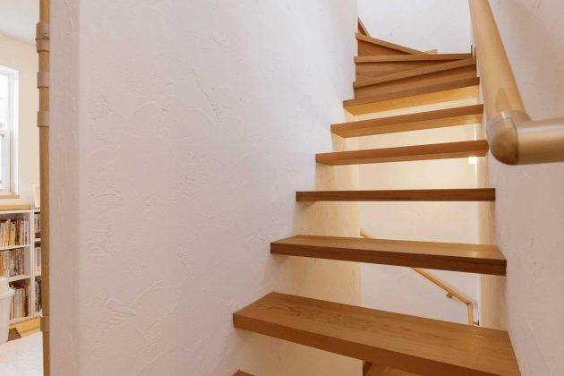 2階から屋上ベランダへ上がるスケルトン階段です。